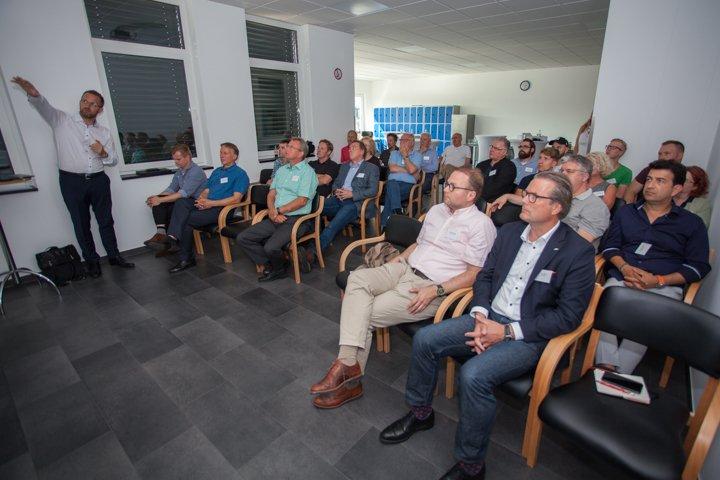 Maurice Biegale (links) stellt den Besuchern des Netzwerktreffens einen Teil der ZWi-Aktivitäten vor.