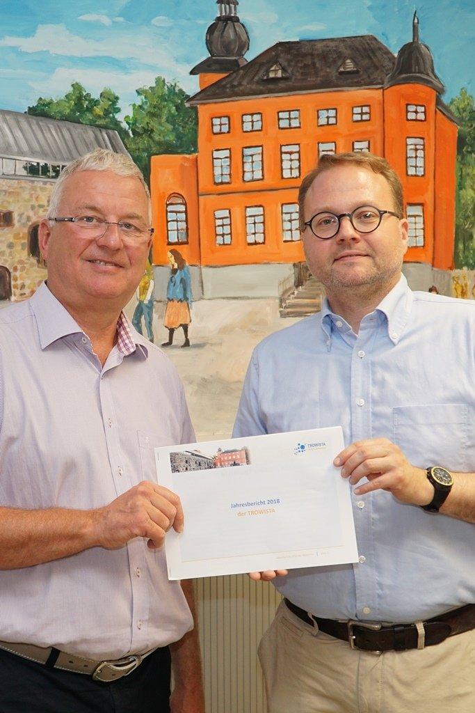 Bürgermeister Klaus-Werner Jablonski und TROWISTA-Geschäftsführer Thomas Zacharias stellen den Jahresbericht der TROWISTA vor.